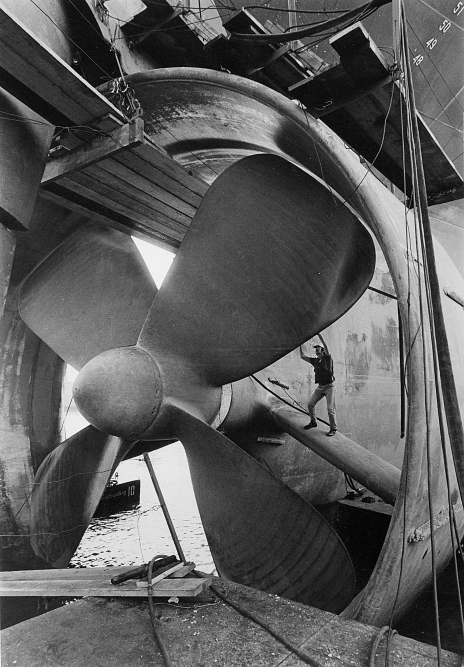 Stuart Gilman repairs a 29-foot, 67-ton propeller inside the shipyard. The photograph was published on October 30, 1976 on page 6.