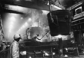 Pouring of strut casting, October 14, 1980