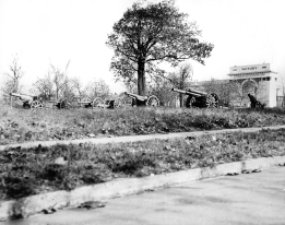 The original Victory Arch in Warwick Park about 1925. (Daily Press archive)