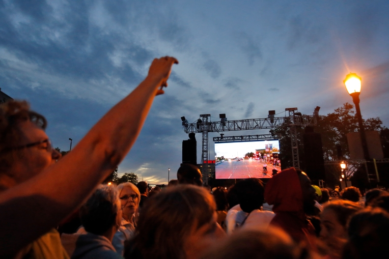 The sun begins to set as spectators wait for Pope Francis to pass by on Benjamin Franklin Parkway in downtown Philadelphia Saturday evening September 26, 2015. (Jonathon Gruenke)